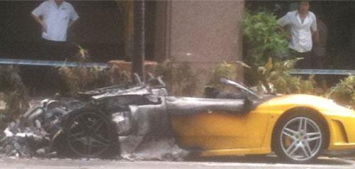 Siêu xe Ferrari F430 Spider cháy trụi