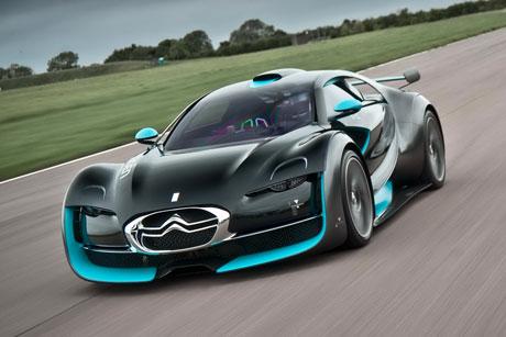 Môtô và xe hơi so tài chạy điện