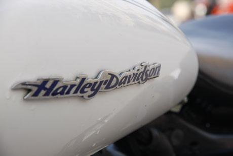Harley Davidson nổi bật bên trên bình xăng màu trắng