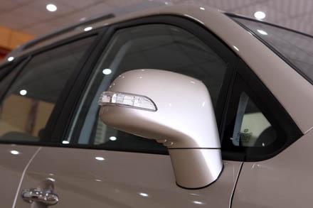 New Caresn 2011 có gương chiếu hậu chỉnh điện tích hợp đèn báo rẽ và có thể gập bằng điện.
