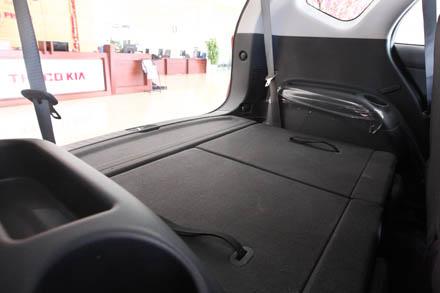 Hàng ghế thứ ba có thể tạo thành một mặt phẳng khi gập xuống khiến việc sắp xếp đồ dễ dàng.