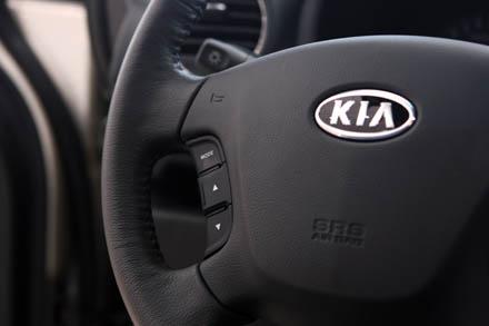 Hệ thống điều khiển âm thanh tích hợp trên tay lái  (phiên bản tại Hàn quốc có thêm hệ thống điện thoại rảnh tay).