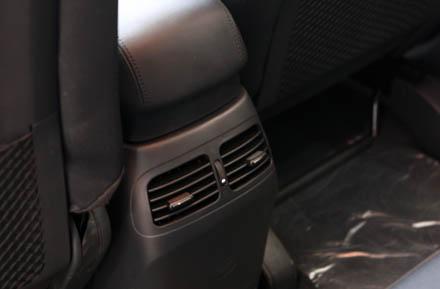 Carens 2011 vẫn giữ được những ưu điểm với hốc gió cho hàng ghế sau, nội thất với khá nhiều hốc để đồ cho cả ba hàng ghế.