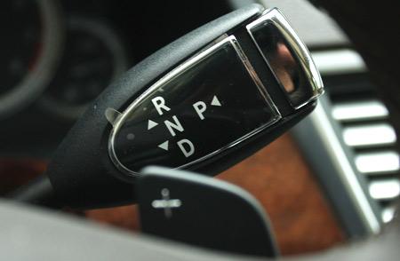 Cần số gắn trên vô-lăng của Mercedes E300. Khi cần chuyển sang chế độ bán tự động, tài xế chỉ cần ấn cần có dấu
