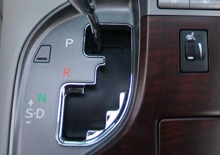 Trên Toyota Venza và nhiều loại xe khác, cơ chế bán tự động nằm ngay trên cần số, thể hiện bằng dấu