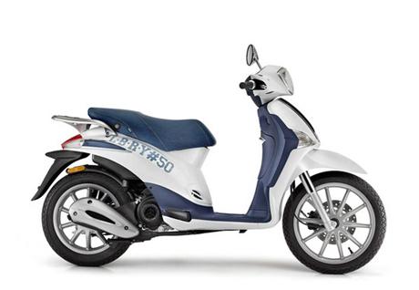 Màu sắc chủ đạo là trắng và xanh tạo cảm giác trẻ trung cho chiếc Piaggio Liberty 50 cc