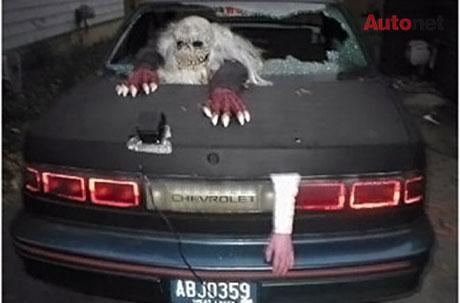 Ôtô tai nạn với quái vật và cánh tay thò ra từ khoang chứa hành lý