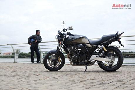 Honda CB400 với trọng lượng tổng thể 194kg, trang bị động cơ 399