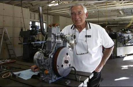 Nhà sáng chế Malcolm Beare cùng với động cơ thử nghiệm