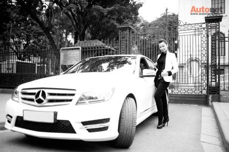 Chiếc xe đầu tiên mà Huyền sở hữu là Mercedes-Benz C300AMG