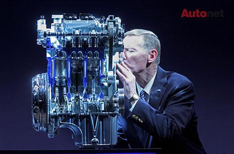 CEO Ford, Alan Mulally thể hiện tình yêu với động cơ EcoBoost 1.0L