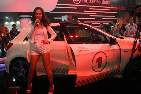 Khuấy động gian hàng Mercedes-Benz là sự xuất hiện của ca sỹ Hiền Thục