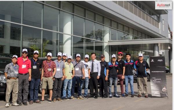Các thành viên trong đoàn chụp ảnh lưu niệm trước chuyến đi tại điểm xuất phát là BMW Long Biên