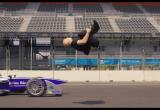 Cú nhảy ngoạn mục qua chiếc xe đua Formula E