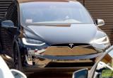 Adam Levine dạo phố với xe xanh Tesla Model X