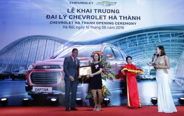 Ông Wail A. Farghali, tổng giám đốc GM Việt Nam cùng bà Trần Thị Hiền, giám đốc đại lý Chevrolet Hà Thành