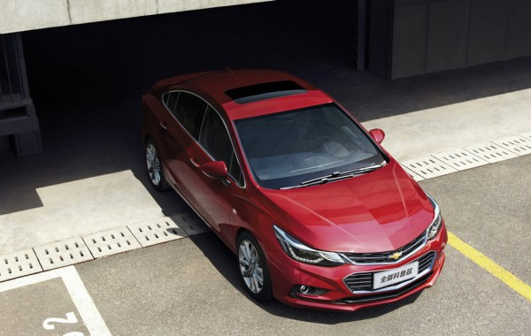 China-spec-2017-Chevrolet-Cruze-front-three-quarters-top-view