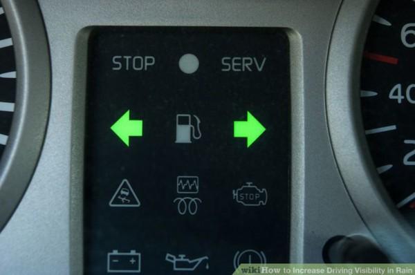 8.Khi tầm nhìn quá tệ, có thể bật đèn khẩn cấp.