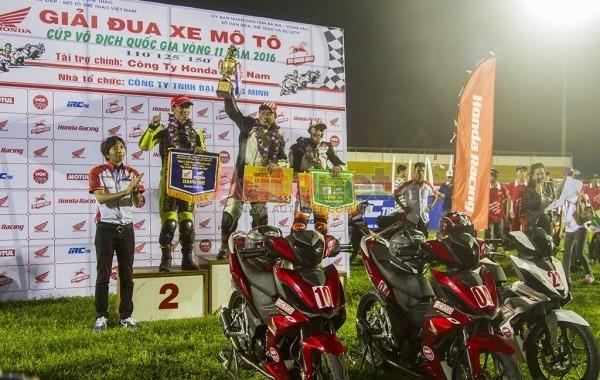 Cúp chiến thắng dành cho hạng mục Honda WINNER 150. Ảnh: Trần Đức.