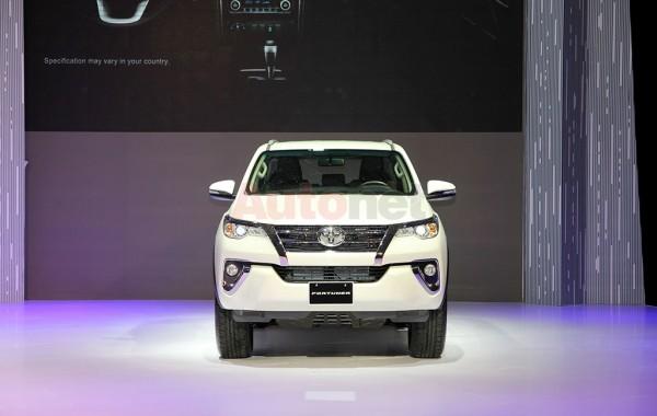Nhìn từ phía trước, Toyota Forutner 2017 nổi bật với dáng vẻ thể thao, khỏe khoắn và chắc chắn