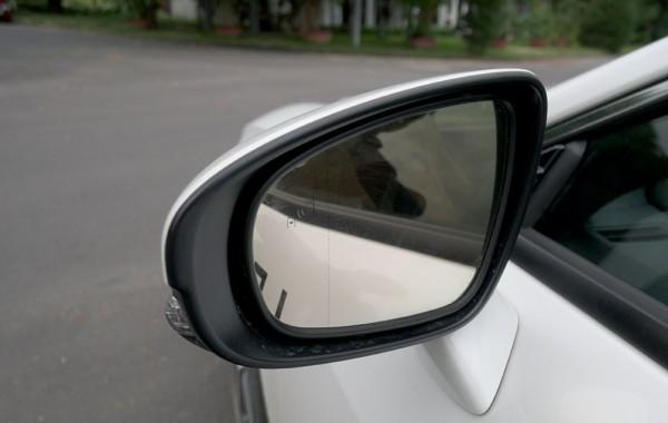 Cảnh báo điểm mù là một trong những trang bị tiêu chuẩn cho Lexus RC Turbo