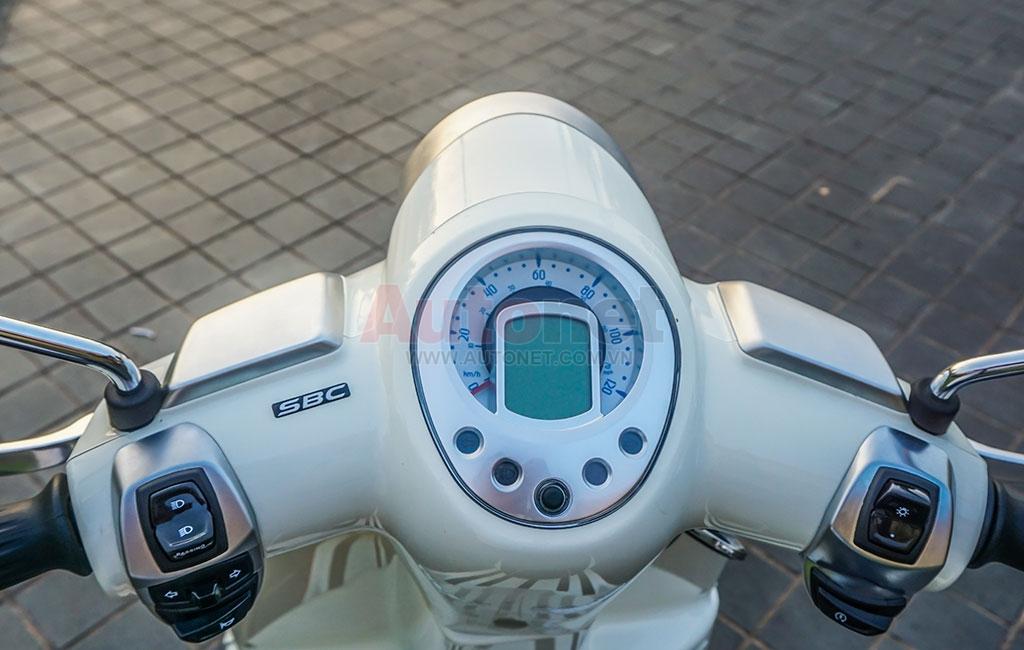 Đồng hồ hiển thị không quá phức tạp dạng LCD, cung cấp các thông số như thời gian, nhiên liệu,...