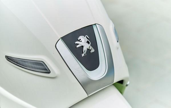 Yếm trước của Peugeot Django 125 nổi bật với logo chú sư tử cùng dải LED chiếu sáng ngày hình chữ V