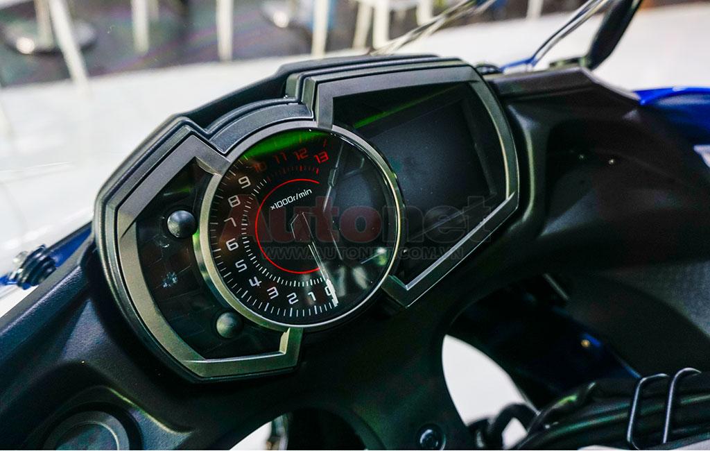 Mặt đồng hồ kết hợp giữa LCD và analog. Thiết kế đồng hồ có phần tương đồng với người anh em Versys-X300