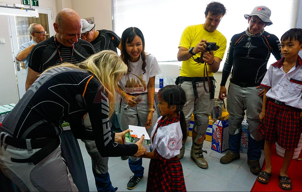 Đoàn cùng với GIVI Việt Nam trao các phần quà từ thiện dành cho những em học sinh khó khăn ở địa phương