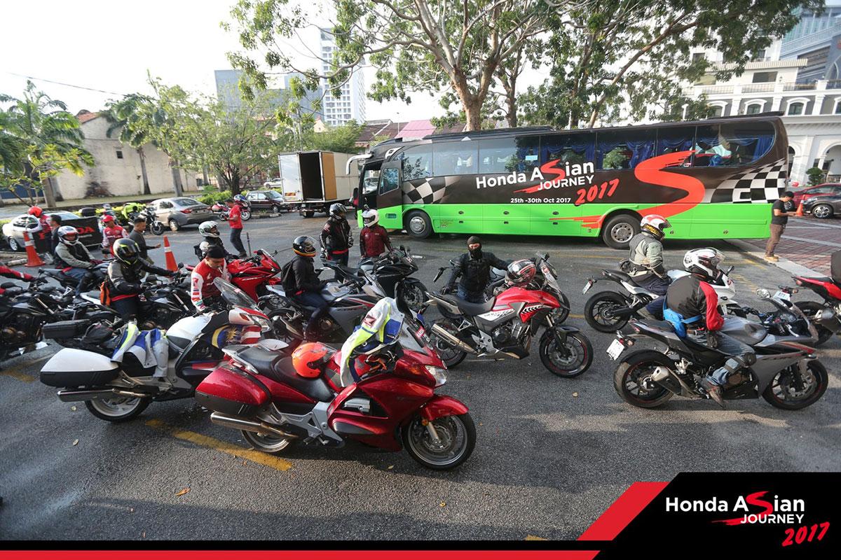 Đoàn tập trung xuất phát từ Melaka, chính thức bắt đầu hành trình