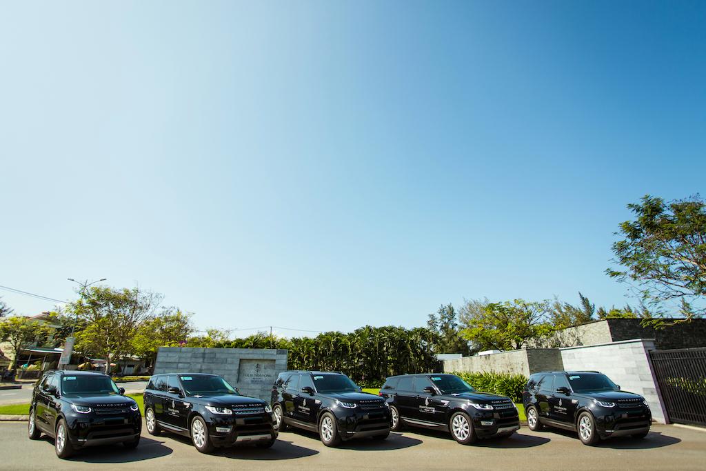 Đội xe bao gồm 03 chiếc Range Rover Sport và 02 chiếc Discovery của Land Rover được bàn giao cho khách hàng