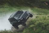 Land Rover Defender tung hoành trong phim bom tấn sắp ra mắt