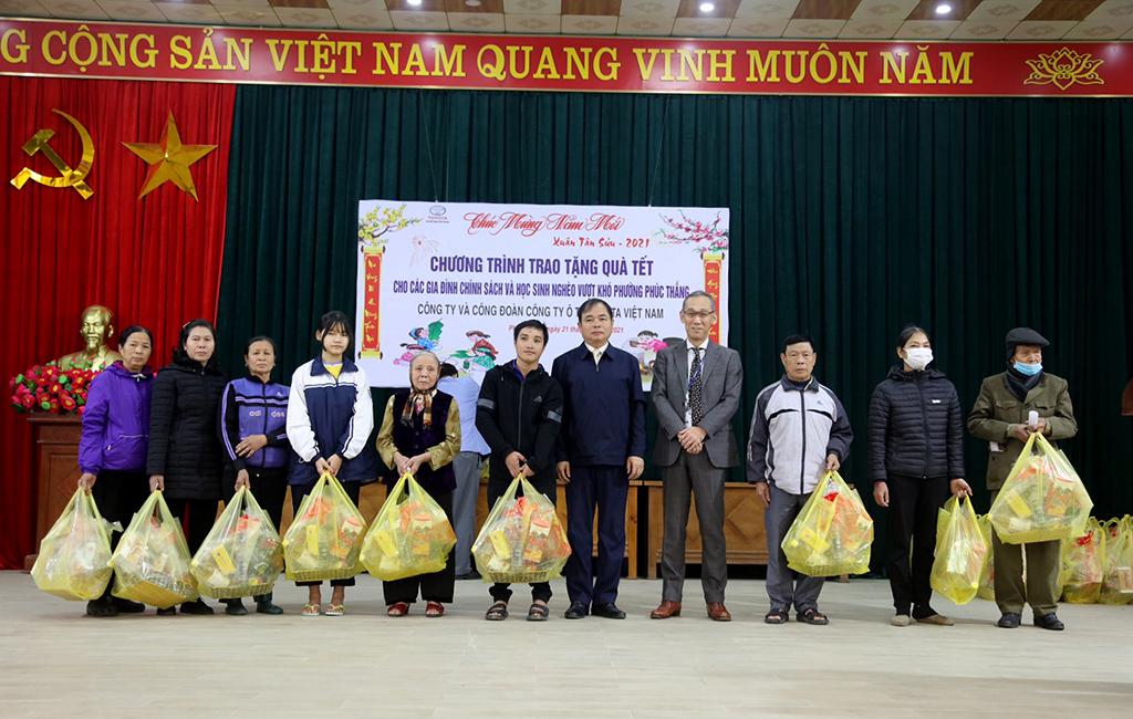 Tong-Giam--oc-TM-V-trao-quà-cho-các-hộ-gia-đình-tại-buổi-lễ-(1)